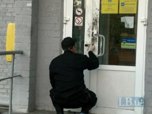 ВКиеве мужчина в врачебной маске исохотничьи обрезом ограбил почту
